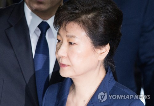 Former President Park Geun-hye arrives at the Seoul Central District Court in the capital on March 30, 2017, for a hearing on a warrant to arrest her. The prosecution earlier this week sought the arrest writ for Park, who is implicated in multiple corruption allegations. (Pool photo) (Yonhap)