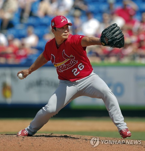 In this Associated Press photo taken on March 28, 2017, St. Louis Cardinals relief pitcher Oh Seung-hwan works against the New York Mets in the eighth inning of a spring training baseball game in Port St. Lucie, Florida. (Yonhap)