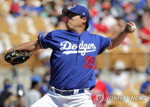 In this Associated Press photo taken on March 11, 2017, Los Angeles Dodgers starting pitcher Ryu Hyun-jin throws against the Los Angeles Angels during the first inning of a spring training baseball game in Phoenix. (Yonhap)
