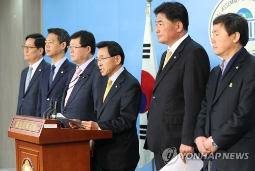 Members of the Democratic Party's committee on the THAAD issue hold a news conference in Seoul in this file photo taken on March 20, 2017. (Yonhap)