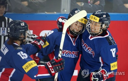 South Korea's Park Jong-ah (C) celebrates her goal against Britain with teammates Park Chae-lin (L) and Han Soo-jin at the International Ice Hockey Federation (IIHF) Women's World Championship Division II Group A at Kwandong Hockey Centre in Gangneung, Gangwon Province, on April 3, 2017. (Yonhap)