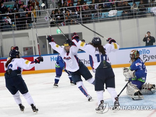 Kim Hee-won of South Korea (C) celebrates her goal against Slovenia with teammates Jo Su-sie (L) and Choi Ji-yeon at the International Ice Hockey Federation (IIHF) Women's World Championship Division II Group A at Kwandong Hockey Centre in Gangneung, Gangwon Province, on April 2, 2017. (Yonhap)