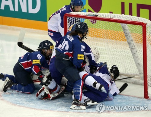 South Korean players (in blue) get into a scramble near the British net at the International Ice Hockey Federation (IIHF) Women's World Championship Division II Group A at Kwandong Hockey Centre in Gangneung, Gangwon Province, on April 3, 2017. (Yonhap)