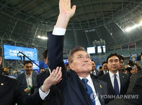 Moon Jae-in waves to supporters at a stadium in Seoul after winning the presidential nomination of the liberal Democratic Party on April 3, 2017. (Yonhap)