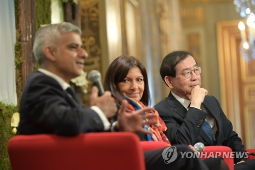 In this photo released by the Seoul metropolitan government on April 3, 2017, Seoul Mayor Park Won-soon (R) attends a press conference in Paris on March 29, 2017, along with London Mayor Sadiq Khan (L) and Paris Mayor Anne Hidalgo. (Yonhap)