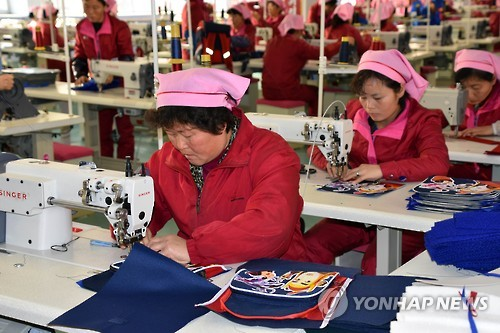 North Korean workers make bags at the Pyongyang Bag Factory in the North Korean capital in this photo released by the Chosun Sinbo, a pro-Pyongyang newspaper in Tokyo, on Feb. 17, 2017. (For Use Only in the Republic of Korea. No Redistribution) (Yonhap)