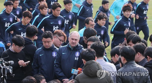 In this file photo, taken on March 24, 2017, South Korean men's national football team head coach Uli Stielike (C) speaks to reporters during the team's training at the National Football Center in Paju, Gyeonggi Province. (Yonhap)