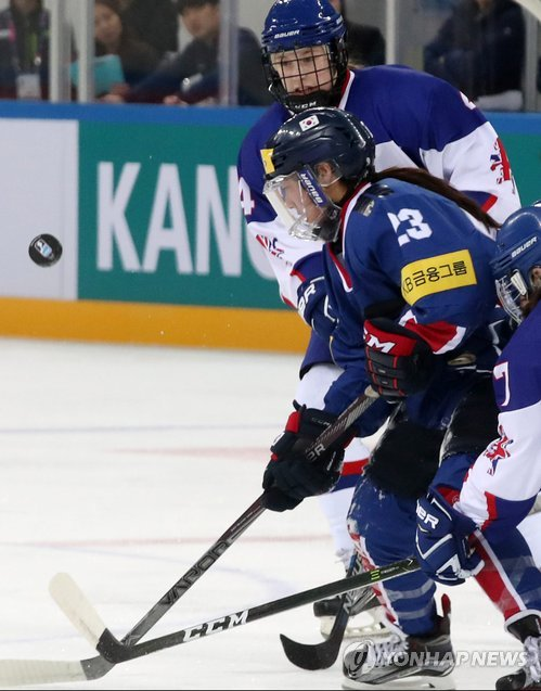 Marissa Brandt of South Korea watches the puck in mid-air against Britain at the International Ice Hockey Federation (IIHF) Women's World Championship Division II Group A at Kwandong Hockey Centre in Gangneung, Gangwon Province, on April 3, 2017. (Yonhap)