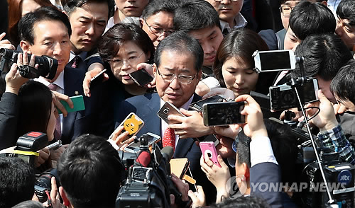 This photo, taken on April 4, 2017, shows Hong Joon-pyo, the presidential candidate of the conservative Liberty Korea Party, speaking during a meeting with reporters after his visit to the hometown of former President Park Chung-hee in Gumi, some 261 kilometers southeast of Seoul. (Yonhap)