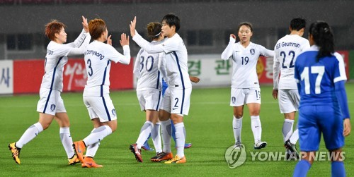 South Korean women's national team players celebrate after Lee Eun-mi (4th from L) scored a goal against India during their AFC Women's Asian Cup Group B qualifying match at Kim Il-sung Stadium in Pyongyang on April 5, 2017. (Joint Press Corps)