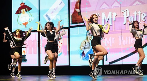 "In this file photo, South Korean girl group DIA performs during a showcase to promote its third album ""Spell"" in Seoul on Sept. 12, 2016. (Yonhap)"