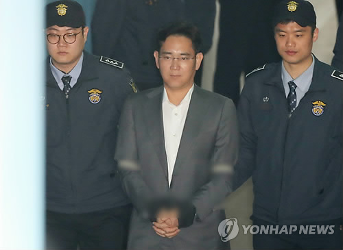 Lee Jae-yong, vice chairman of Samsung Electronics Co., arrives at the Seoul Central District Court on April 7, 2017, to stand trial on charges of bribery. (Yonhap)