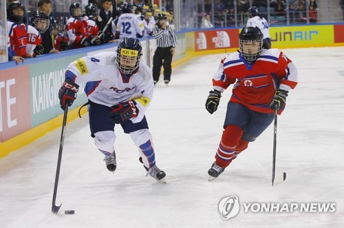 Randi Griffin of South Korea (L) tries to skate past Choe Jong-hui of North Korea at the International Ice Hockey Federation (IIHF) Women's World Championship Division II Group A at Gangneung Hockey Centre in Gangneung, Gangwon Province, on April 6, 2017. (Yonhap)