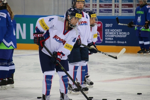 In this photo provided by the Korea Ice Hockey Association, Randi Griffin of South Korea warms up before facing Slovenia at the International Ice Hockey Federation (IIHF) Women's World Championship Division II Group A at Kwandong Hockey Centre in Gangneung, Gangwon Province, on April 2, 2017. (Yonhap)