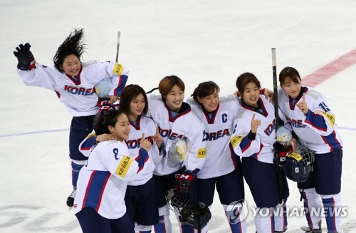 South Korean players pose for photos after winning the International Ice Hockey Federation (IIHF) Women's World Championship Division II Group A at Kwandong Hockey Centre in Gangneung, Gangwon Province, on April 8, 2017. (Yonhap)