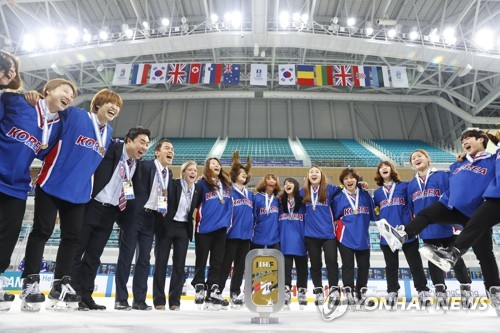 South Korean players and coaches celebrate after winning the International Ice Hockey Federation (IIHF) Women's World Championship Division II Group A during the medal ceremony at Kwandong Hockey Centre in Gangneung, Gangwon Province, on April 8, 2017. (Yonhap)