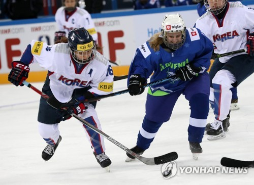 Jo Su-sie of South Korea (L) battles a Slovenian player during their game at the International Ice Hockey Federation (IIHF) Women's World Championship Division II Group A at Kwandong Hockey Centre in Gangneung, Gangwon Province, on April 2, 2017. (Yonhap)