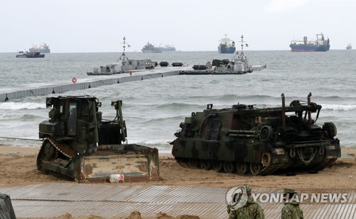South Korea and the U.S. hold training on a combined joint logistics over-the-shore operations (C/JLOTS) at Dogu Beach in Pohang, North Gyeongsang Province, on April 11, 2017. (Yonhap)