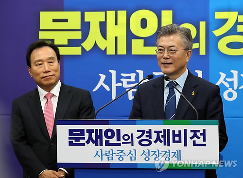 Moon Jae-in (R), the presidential candidate of the liberal Democratic Party, announces his economic policy pledges at the party headquarters in Seoul on April 12, 2017. (Yonhap)