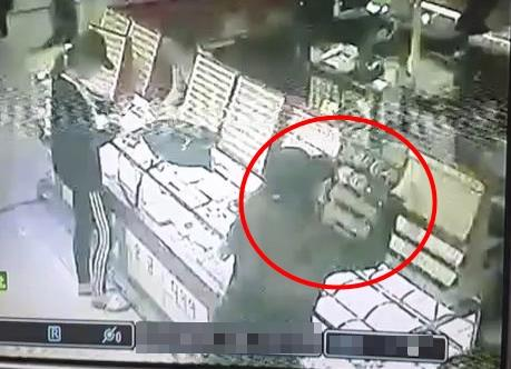 This provided image, taken from CCTV footage, shows a 20-year-old woman (in red circle) stealing two bracelets at a jeweler's shop in the central city of Cheongju on April 1, 2017. (Yonhap)