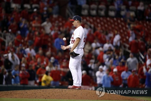 In this Associated Press photo, St. Louis Cardinals closer Oh Seung-hwan flips the ball in the air after giving up a three-run home run to Chicago Cubs' Willson Contreras in the ninth inning at Busch Stadium in St. Louis on April 2, 2017. (Yonhap)