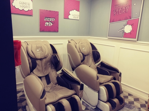 Electric massage chairs wait in an exclusive room at Better Comics, a comic book cafe nearby Hongdae in downtown Seoul. (Yonhap)