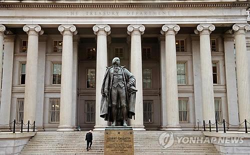 (LEAD) U.S. designates none of major trading partners as currency manipulator