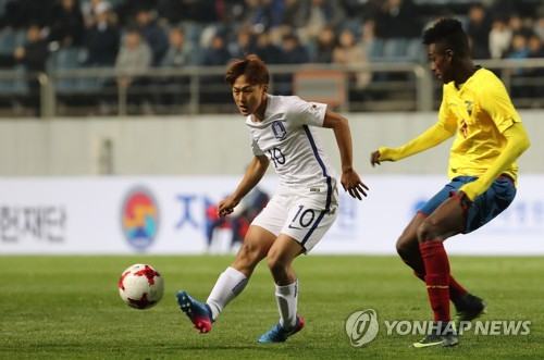 In this file photo taken on March 30, 2017, South Korean forward Lee Seung-woo (L) passes the ball during a match against Ecuador at a FIFA U-20 World Cup test event in Seogwipo, Jeju Island. (Yonhap)