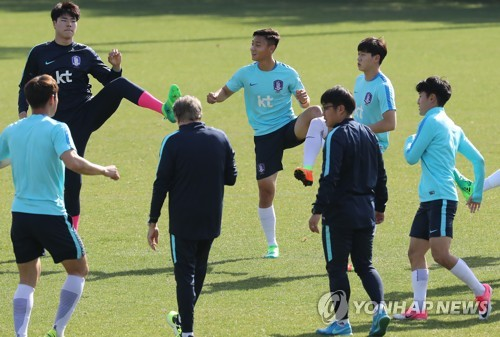 In this file photo taken on April 10, 2017, South Korean national under-20 football team players train at the National Football Center in Paju, Gyeonggi Province. (Yonhap)