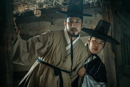 "This still cut provided by CJ Entertainment shows Lee Sun-kyun (L) and Ahn Jae-hong in ""The King's Case Note."" (Yonhap)"