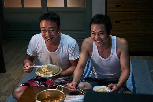 "This still cut from Lotte Entertainment shows Lee Sung-min (L) and Kim Sung-kyun in ""The Sheriff in Town."" (Yonhap)"