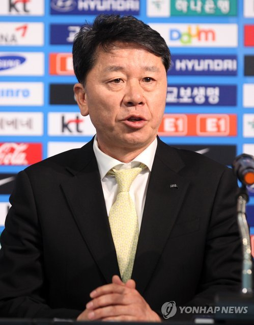 In this file photo taken on Jan. 21, 2014, Jung Hae-sung, then-head of the referees committee at the Korea Football Association, speaks at a press conference in Seoul. Jung was named chief assistant coach to Uli Stielike on the men's national team on April 18, 2017. (Yonhap)