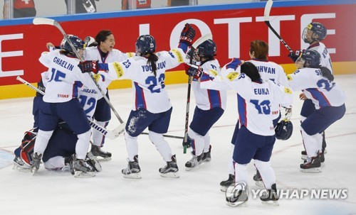 South Korean women's hockey players celebrate their title in International Ice Hockey Federation Women's World Championship Division II Group A at Kwandong Hockey Centre in Gangneung, Gangwon Province, on April 8, 2017. The competition was held as a test event for the 2018 PyeongChang Winter Olympics. (Yonhap)