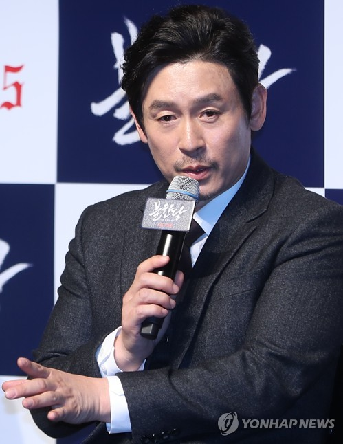 "Actor Seol Kyung-gu speaks during a news conference for ""The Merciless"" at the CGV theater-Apgujeong in southern Seoul on April 19, 2017. (Yonhap)"