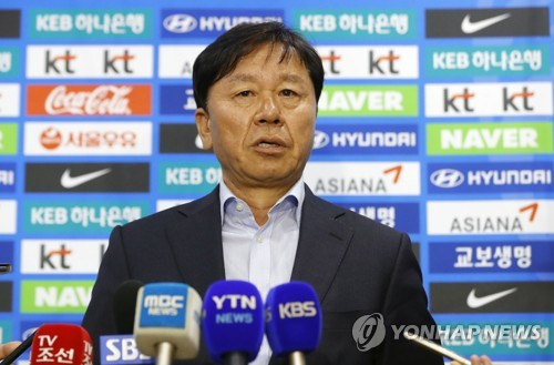 Jung Hae-sung, chief assistant coach on the South Korean men's national football team, speaks to reporters at Seoul World Cup Stadium in Seoul on April 19, 2017. (Yonhap)