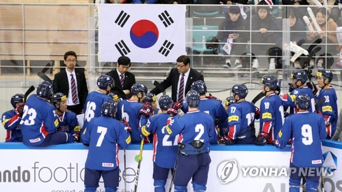 In this file photo taken on March 19, 2017, South Korean men's hockey players listen to their coaches during a friendly game against Russia at Gangneung Hockey Centre in Gangneung, Gangwon Province. (Yonhap)