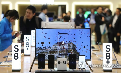 Samsung Electronics Co.'s Galaxy S8 smartphones are displayed at a shop in Seoul in this photo taken on April 19, 2017. (Yonhap)