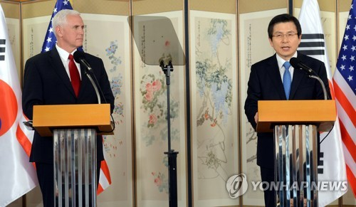 This photo taken on April 17, 2017, shows South Korean Acting President Hwang Kyo-ahn (R) and U.S. Vice President Mike Pence (L) reading a joint statement after their talks. (Yonhap)