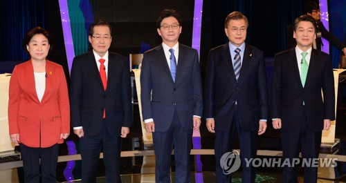 The five leading presidential candidates pose for a photo before the start of their second TV debate broadcast April 19, 2017 by local broadcaster KBS. They are (from L) Rep. Sim Sang-jeung of the Justice Party, Hong Joon-pyo of the Liberty Korea Party, Rep. Yoo Seong-min of the Bareun Party, Moon Jae-in of the Democratic party and Ahn Cheol-soo of the People's Party. (Yonhap)