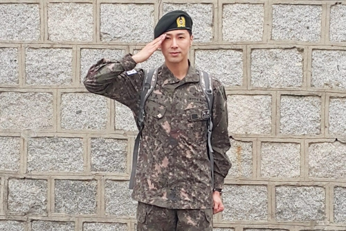 This photo provided by S.M. Entertainment shows U-Know Yunho of K-pop idol duo TVXQ saluting after being discharged from the Army on April 20, 2017, at the 26th Mechanized Infantry Division at Yangju, north east of Seoul. (Yonhap)