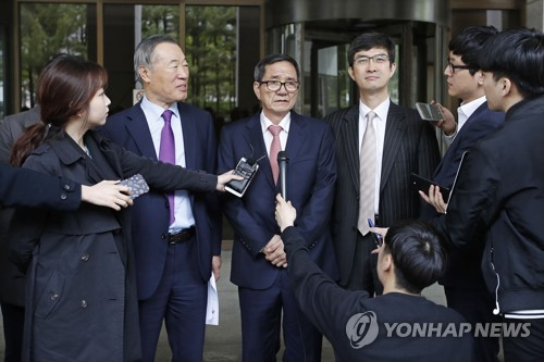 Hwang Pil-sang (C) speaks to reporters at the Supreme Court in Seoul on April 20, 2017, after the top court ruled against huge taxes levied on his donation. (Yonhap)