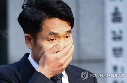 This file photo, taken on March 23, 2017, shows comedian Lee Chang-myung covering his face with his hand at the Seoul Southern District Court after attending a hearing at the court over a charge of drunk driving. (Yonhap)