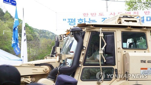Heavy equipment from USFK enters a THAAD deployment site in Seongju, southeast South Korea, on April 20, 2017. Some local residents protested the move. (Yonhap)