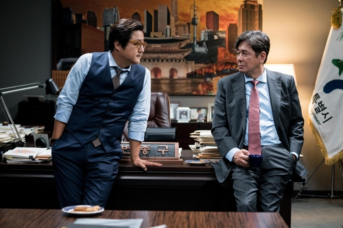 "This photo provided by Showbox shows actors Kwak Do-won (L) and Choi Min-sik as Shim Hyeok-su and Byun Jong-gu in ""The Mayor"". (Yonhap)"