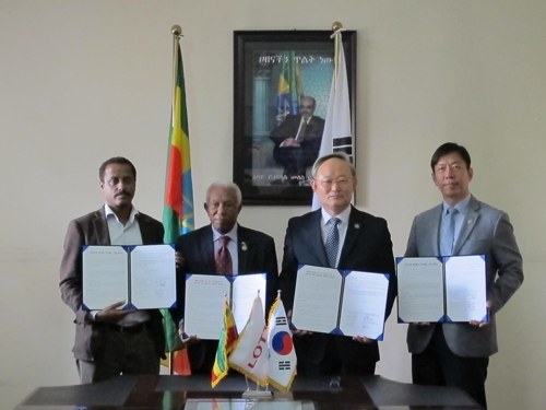 Hwang Woo-ung (2nd from R), South Korea's deputy defense minister for welfare, poses for a photo with Abate Sitotaw (L), deputy mayor of Addis Ababa; Melese Tessema (2nd from L), president of the Ethiopian Korean War Veterans Association; and Lee Suk-hwan, senior managing director of Lotte Group, after signing an agreement to construct a community center in the Ethiopian capital on April 20, 2017. (Courtesy of the Ministry of National Defense) (Yonhap)