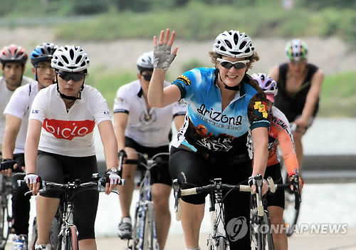 In this file photo taken on Aug. 6, 2011, Kathleen Stephens (R), then U.S. Ambassador to South Korea, leads a bike tour along the Donggang River in Gangwon Province. (Yonhap)