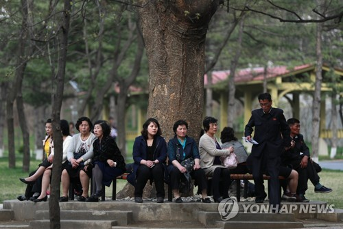 North Koreans rest at the Central Zoo in Pyongyang on April 16, 2017, in this photo released by Europe's news photo agency EPA. (Yonhap)