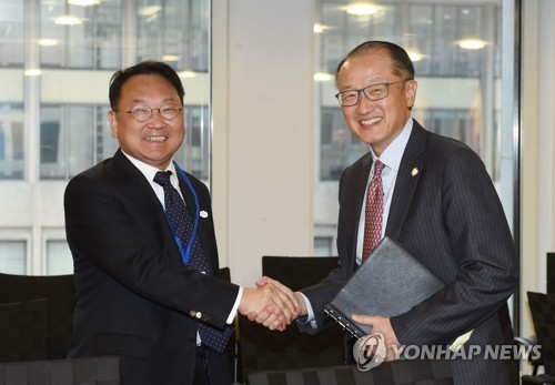 South Korea's Finance Minister Yoo Il-ho (L) shakes hands with World Bank Group President Jim Yong Kim in Washington on April 20, 2017 (U.S. time). (Photo courtesy of the Ministry of Strategy and Finance)