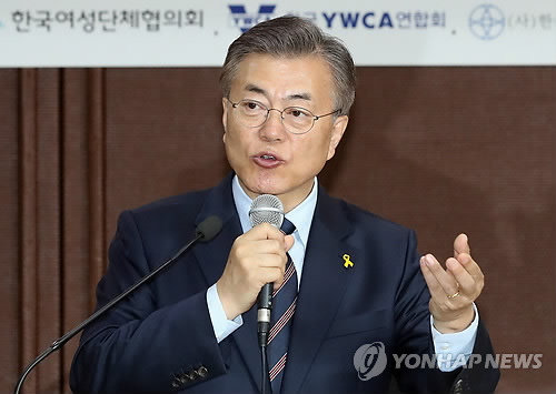 Moon Jae-in, the presidential candidate of the liberal Democratic Party, speaks during a forum on gender equality in Seoul on April 21, 2017. (Yonhap)