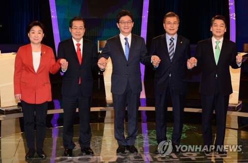 This pool photo shows South Korea's leading presidential candidates ahead of their second TV debate at KBS on April 19, 2017 (from L): Sim Sang-jeung, Hong Joon-pyo, Yoo Seong-min, Moon Jae-in and Ahn Cheol-soo. (Yonhap)